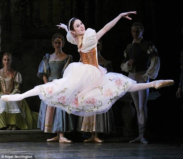 Salto para a alegria: Sir Mick é entendido como tendo dado Melanie um acordo de manutenção $ 150.000 por ano para ajudar a bailarina criar seu filho