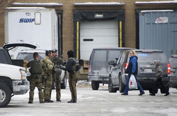 Movimentação de policiais é vista em frente a shopping que fica a 48 km de Washington, capital dos EUA. Três pessoas morreram após tiroteio no centro de compras (Foto: Jim Watson/AFP)