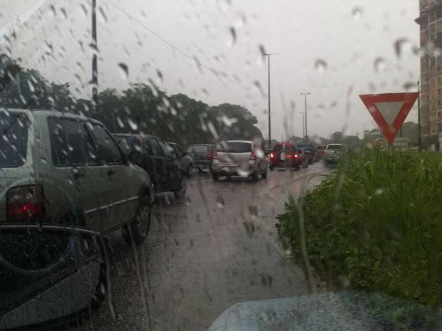 Quem tentou fugir do congestionamento na principal dos Bancários, pegando a BR, também enfrentou congestionamento  (Foto: Maísa Oliveira/G1)