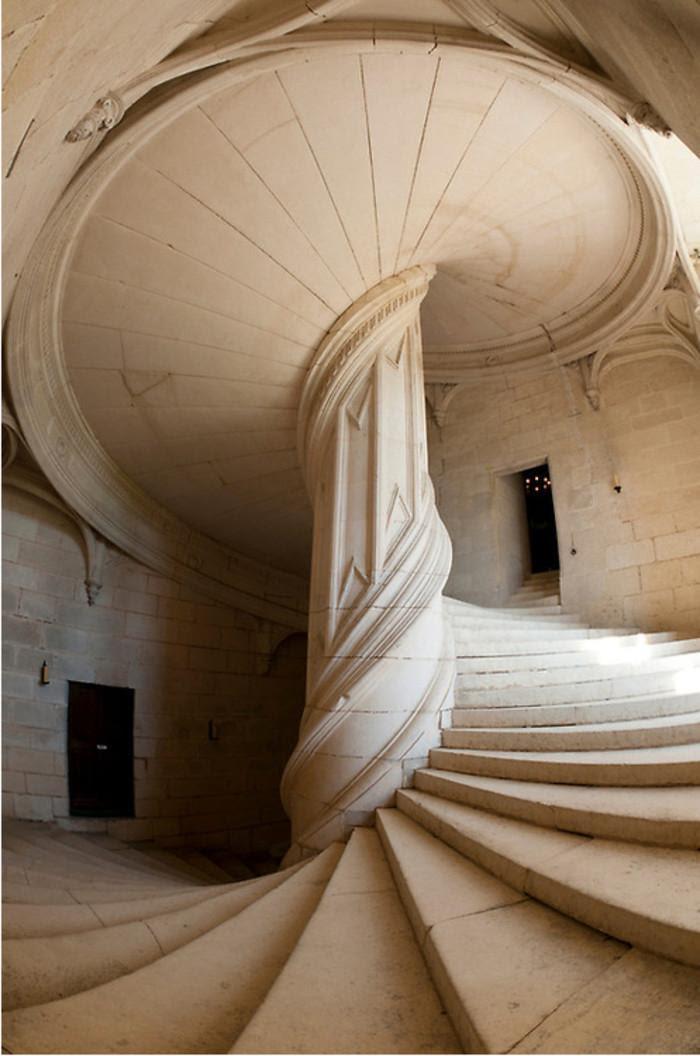 Le château de La Rochefoucauld, Charente (France):  1520. Anne de Polignac fait construire les galeries et le grand escalier dans le style de la Renaissance et dont le dessin est attribué à Léonard de Vinci.