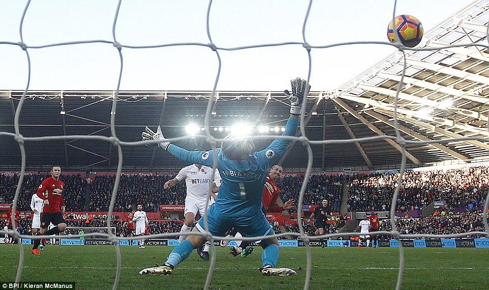 Fabianski es incapaz de conseguir su mano en el acabado de corto alcance de Ibrahimovic como el sueco hace el 3-0 antes del descanso de medio tiempo