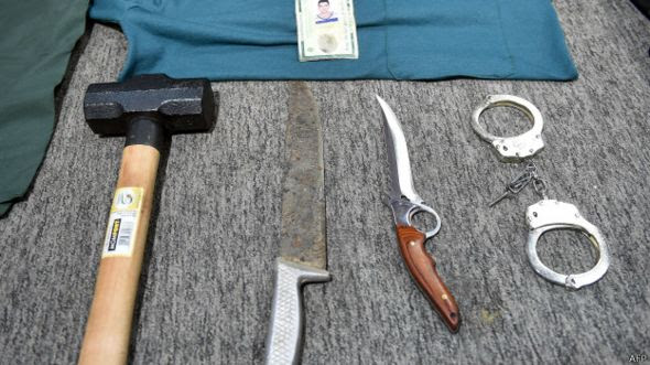 Un martillo, cuchillos y esposas encontrados en la casa de Rocha.