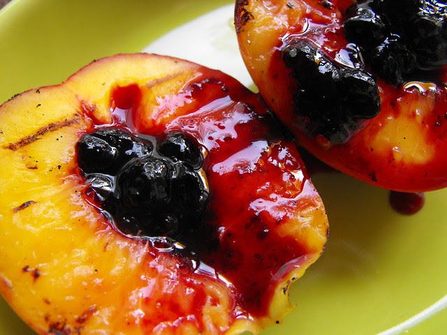 Nectarinas grelhadas com doce de frutos silvestres