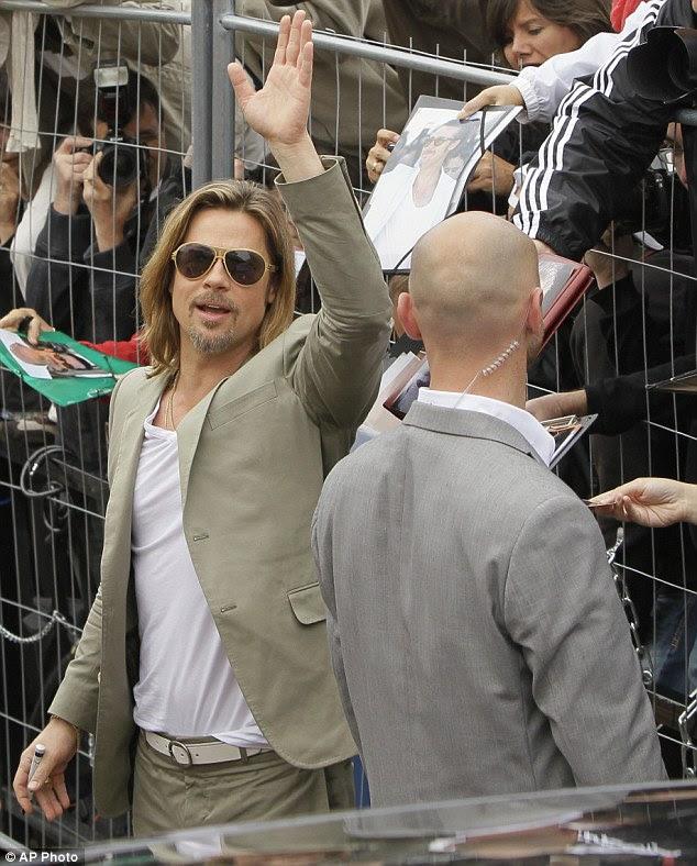 Multidão agradar: A estrela de Hollywood teve uma pausa de Angelina Jolie e sua ninhada de seis crianças como ele apareceu e acenou para os fãs