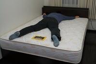 ベッド大の字