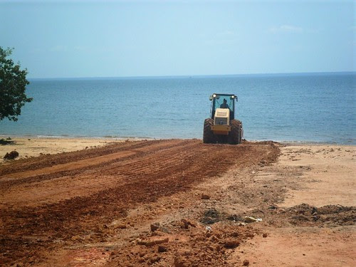 Trator rasga a praia.