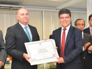 Deoclides Macedo (PDT) foi diplomado após decisão do TSE (Foto: Divulgação / TRE-MA)