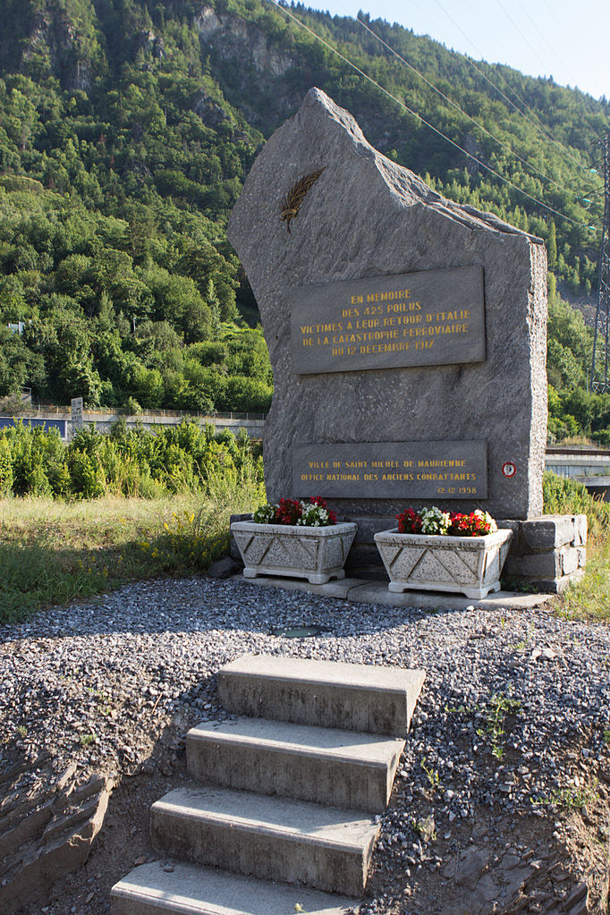 http://upload.wikimedia.org/wikipedia/commons/thumb/9/92/Ligne_de_la_Maurienne_-_de_Saint-Avre_%C3%A0_Modane_-_IMG_1287.jpg/682px-Ligne_de_la_Maurienne_-_de_Saint-Avre_%C3%A0_Modane_-_IMG_1287.jpg