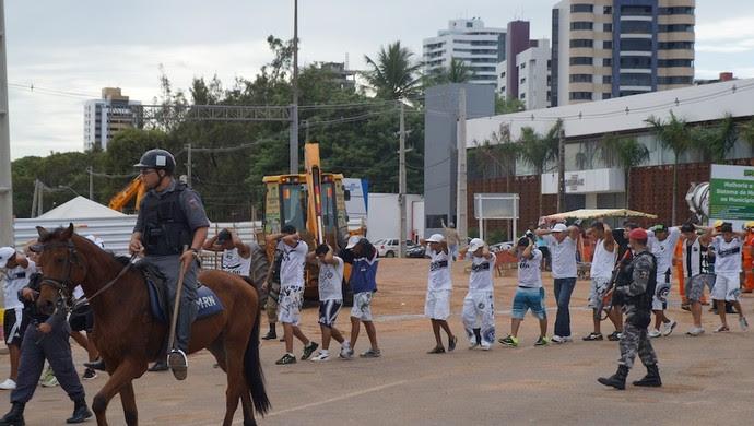 Torcedores do ABC são detidos antes do clássico, em Natal (Foto: Augusto Gomes)