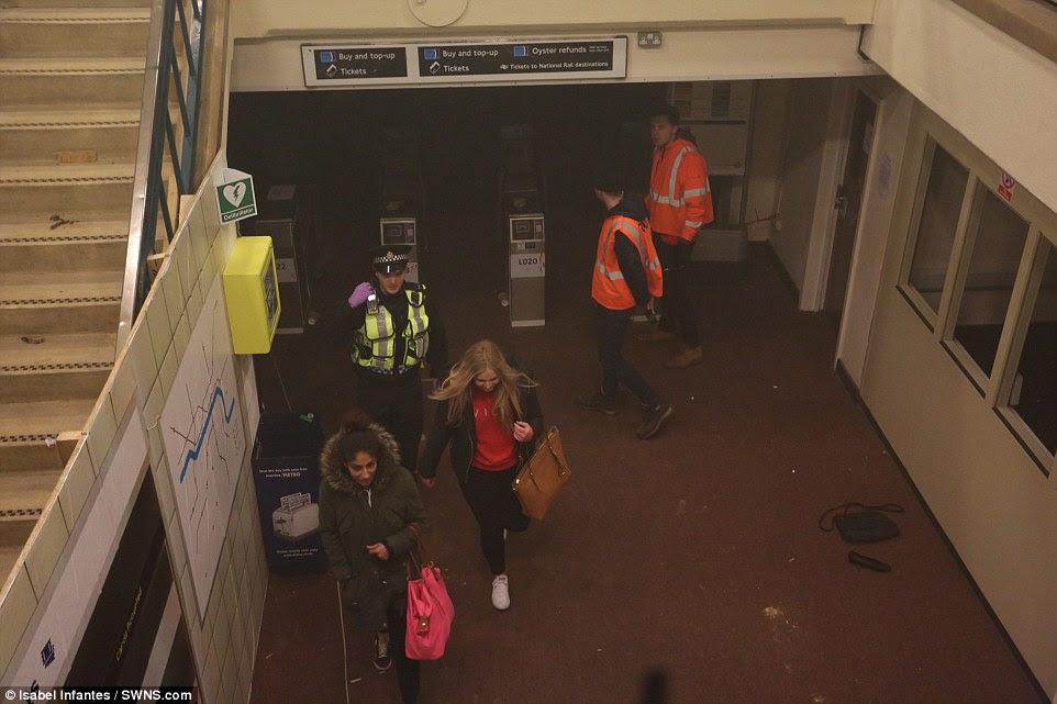 Εκκένωση: Οι Δύο γυναίκες ηθοποιούς με συνοδεία έξω από την περιοχή, η οποία έχει κατασκευαστεί για να μοιάζουν με το σταθμό Waterloo του υπόγειου