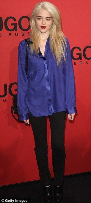 Ficando ofendido: cantora americana Sky Ferreira e alemão moda modelo Eva Padberg usava camisas folgadas