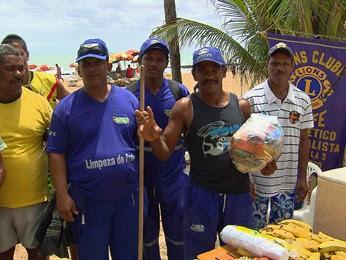 Garis de Boa Viagem ganharam cestas básicas. (Foto: Reprodução / TV Globo)