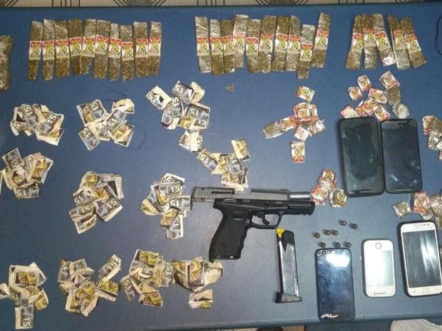 Arma, munição e drogas foram apreendidas nesta segunda-feira (26) (Foto: Polícia Militar/Divulgação)