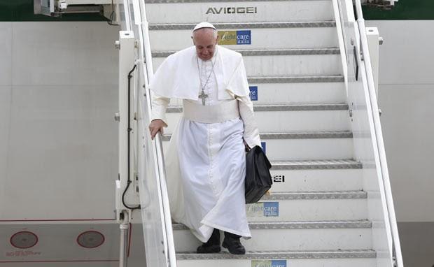O Papa Francisco desembarca nesta segunda-feira (29) no aeroporto Ciampino, em Roma (Foto: Alessandro Bianchi/Reuters)