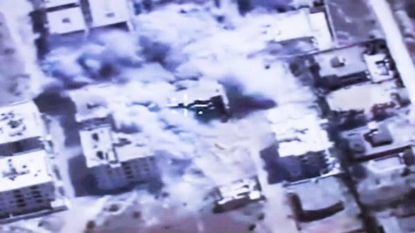 El general ruso Sergei Rudskoi explica cómo son los bombardeos sobre la ciudad de Aleppo, en Siria. / AP