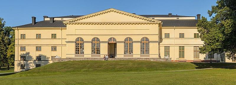 Den västra fasaden mot parken med Déjeunersalongen.
