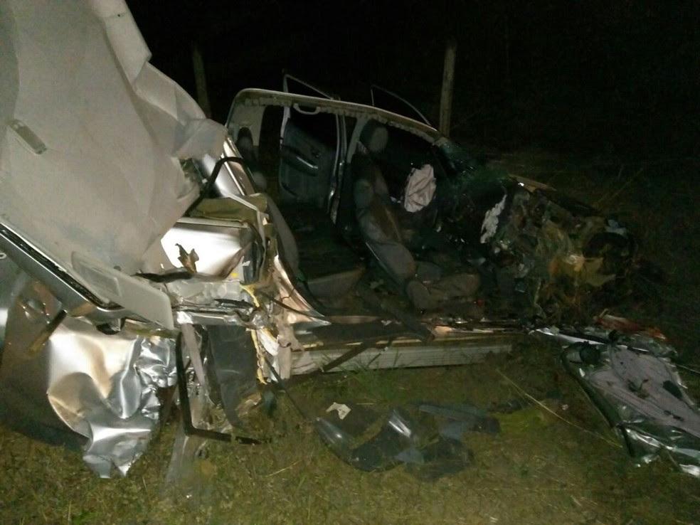Camionete foi cortada por grade de trator (Foto: Divulgação)