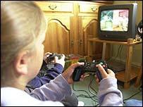 Niña jugando a un videojuego