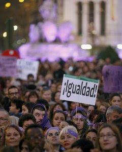 Una de las pancartas desplegadas en la manifestación del día de la Mujer. EFE/Mariscal