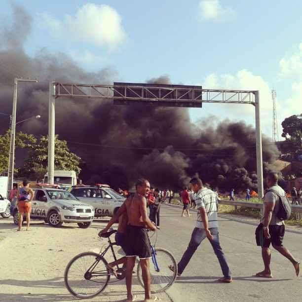 Manifestantes queimaram pneus para fechar o tráfego da rodovia. Foto: Reprodução Instagram/ @cassyoli