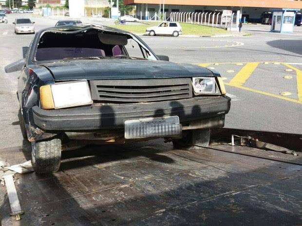 Carro foi encontrado na garagem encoberto por pano (Foto: Divulgação/Polícia Civil)