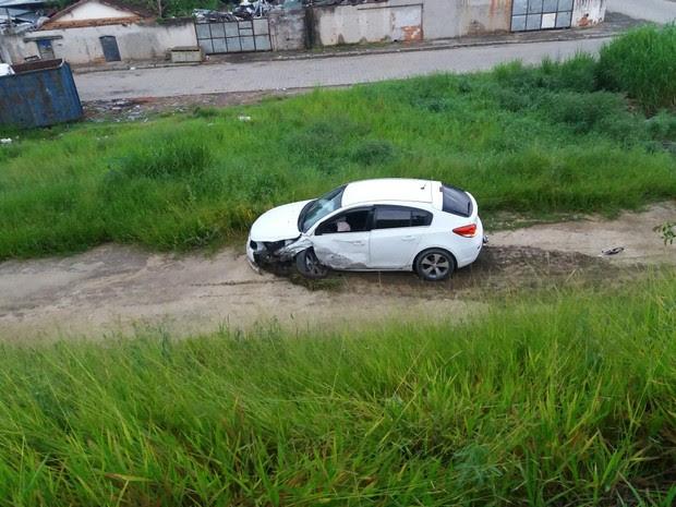 Carro caiu na ribanceira, mas motorista não se feriu (Foto: Vanguarda Repórter/Marco Castro)