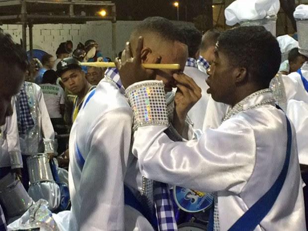 Integrantes da bateria da Caprichosos de Pilares choram (Foto: Cristina Boeckel / G1)