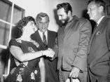 20 de abril. La esposa de Robert Meyner, Gobernador de Nueva Jersey, saluda a Fidel y le da la bienvenida a la mansion del gobernador en Princeton. Foto: Revolución.