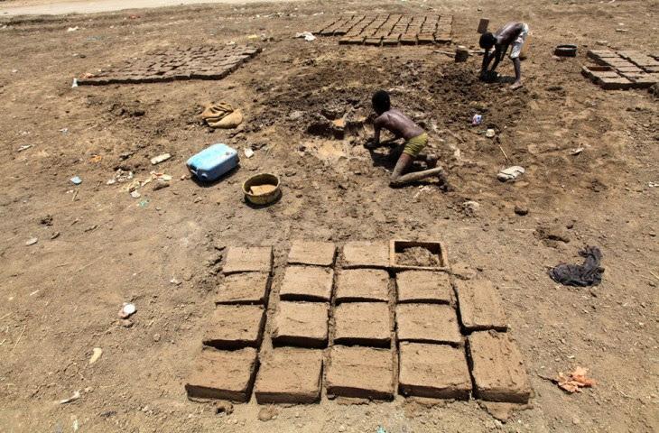 Πολλά παιδιά στο  Χαρτούμ του Σουδάν προσπαθούν να βγάλουν τα προς το ζειν φτιάχνοντας και πουλώντας πλίνθους.