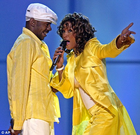 Música civil: Bobby Brown e Whitney tocar juntos em volta em 2003