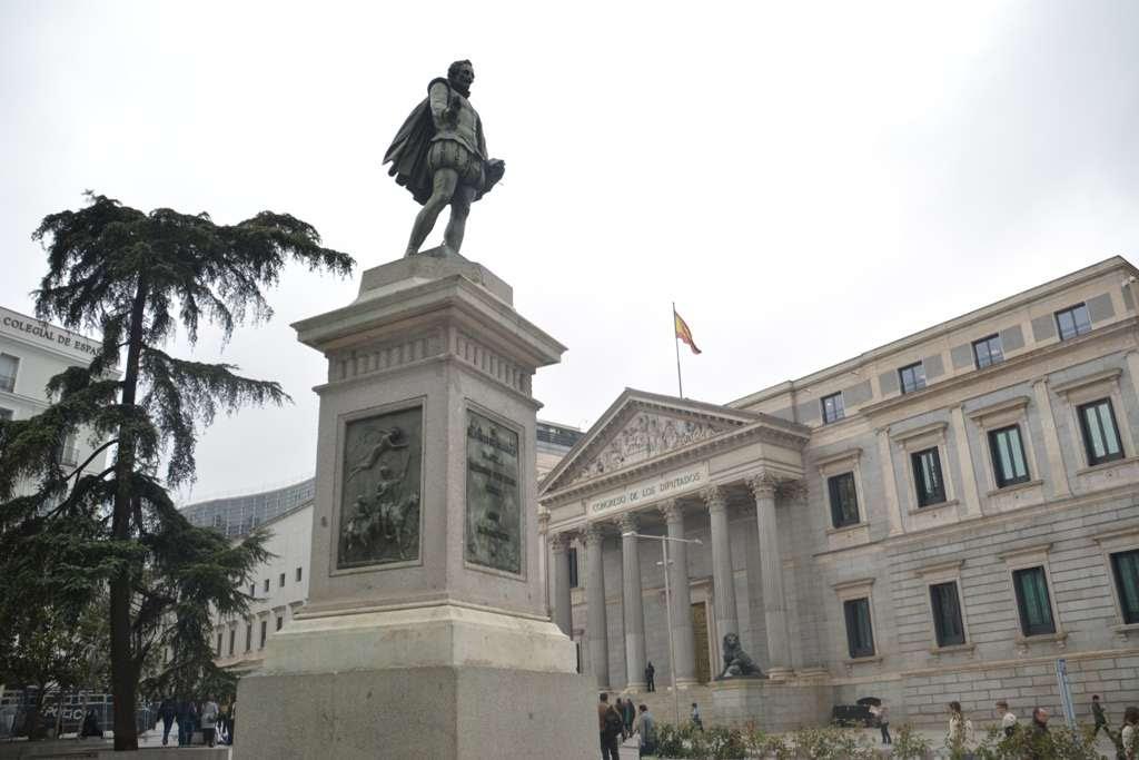 Resultado de imagen de estatua de miguel de cervantes en las cortes  madrid