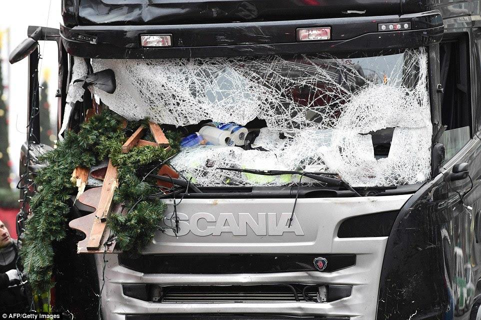 Destruction: último tweet de Ms Lorenzo veio em 5 de dezembro, quando ela compartilhou uma cena do premiado filme, The Best Of Youth.  Na foto: O camião usado para cortarem dezenas de pessoas em um mercado de Natal em Berlim