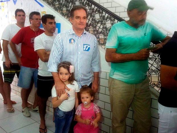 Candidato Araken Farias (PSL) vota na Escola Doméstiva, em Natal (Foto: Antônio Netto/Inter TV Cabugi)
