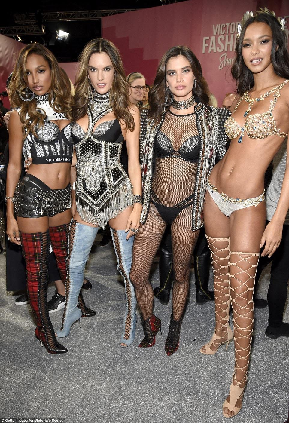 Nos bastidores: Alessandra colocou ao lado de seus colegas Angels Lais Ribeiro e Adriana nos bastidores