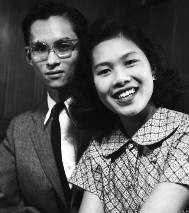 Quốc vương Bhumibol Adulyadej và vị hôn thê, Công chúa Sirikit tại Lausanne, Thụy Sĩ vào tháng Chín năm 1949 sau khi công bố đính hôn
