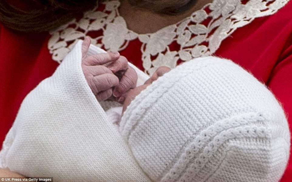 Sus pequeñas y arrugadas manos se asomaron desde el interior de su manta blanca