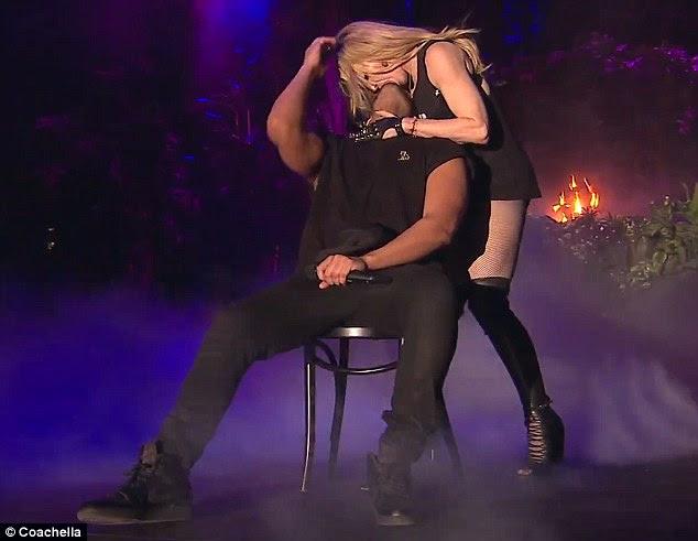 Esto sucedió: Madonna francés Kissed Drake en el escenario en Coachella la noche del domingo