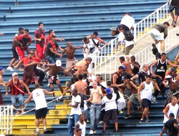 confusão torcida Atlético-PR e Vasco jogo (Foto: Gustavo Rotstein)