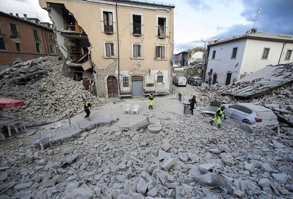 A mesma praça da cidade em Amatrice é visto aqui a partir de um ângulo diferente.  Acima do edifício está intacta, mas abaixo da metade do que se desintegrou no chão