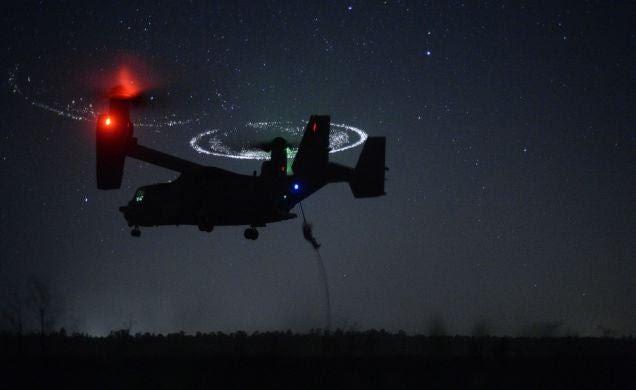La impactante foto de un V-22 Osprey aterrizando en el desierto
