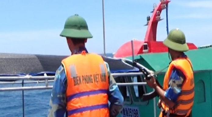 Lực lượng lính biên phòng Quảng Bình đã xua đuổi nhiều tàu cá Trung Quốc xâm phạm trái phép vùng biển Việt Nam. (Hình: báo Lao Ðộng)