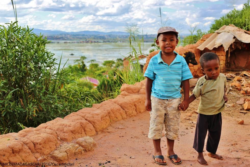 Miranto (izquierda) y Sitraka (derecha) son buenos amigos y posan cogidos de la mano para ser fotografiados este 2016. Ambos tienen cinco años y nacieron el mismo día en Madagascar, donde el 49% de los niños sufren desnutrición crónica, como Sitraka.