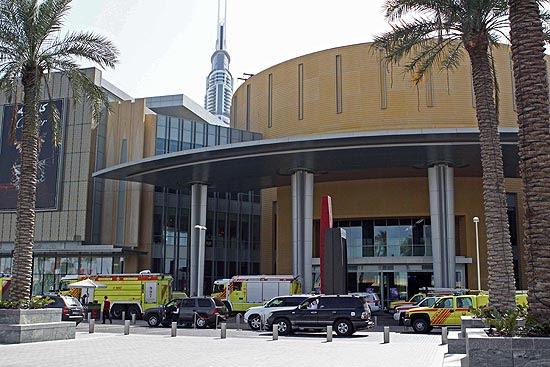 Equipes de resgate chegam ao Dubai Mall, após vazamento no aquário que forçou o fechamento do local