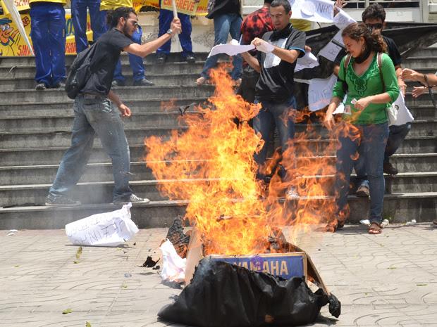 Protesto de estudantes na prefeitura de JP (Foto: Walter Paparazo/G1)
