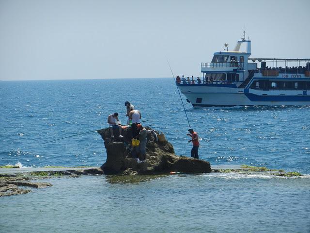 Ловят рыбу в порту Акко