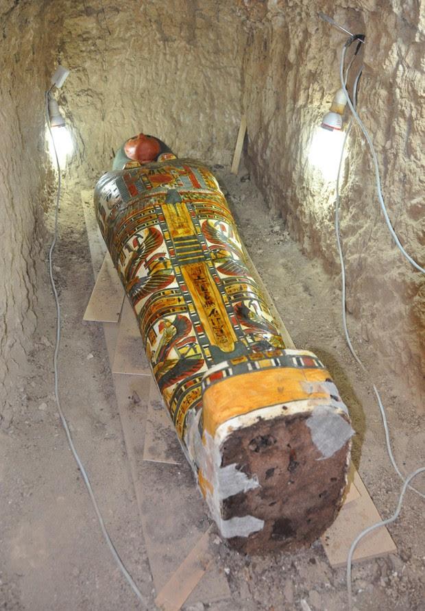 Sarcófago de madeira tem cores vivas e foi achado em tumba que poderia ser do Terceiro Período Intermediário (1075 a 664 a.C.), em Luxor, no Egito (Foto: STRINGER/EGYPTIAN ANTIQUITIES MINISTRY/AFP)