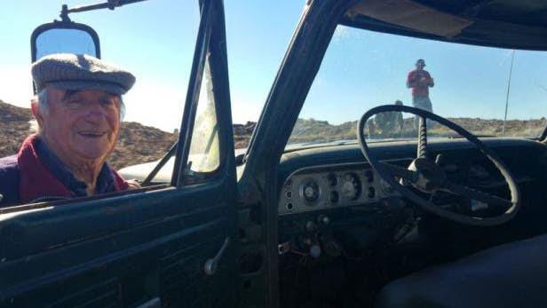 Enterró su camión tras 50 años de trabajo