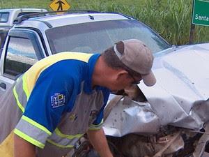 Dois carros bateram de frente neste sábado (26) em Taubaté (Foto: Reprodução/TV Vanguarda)
