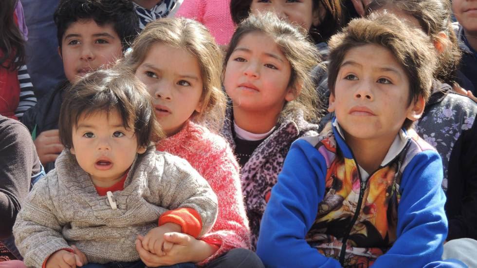Niños de barrios vulnerables en el Centro comunitario Los Bajitos, provincia de Buenos Aires.