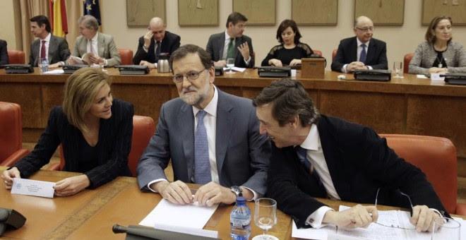El presidente del Gobierno en funciones, Mariano Rajoy, junto a la secretaria general del PP, María Dolores de Cospedal, y el portavoz del partido en el Congreso, Rafael Hernando, durante la reunión que ha mantenido hoy con los diputados de la formación.